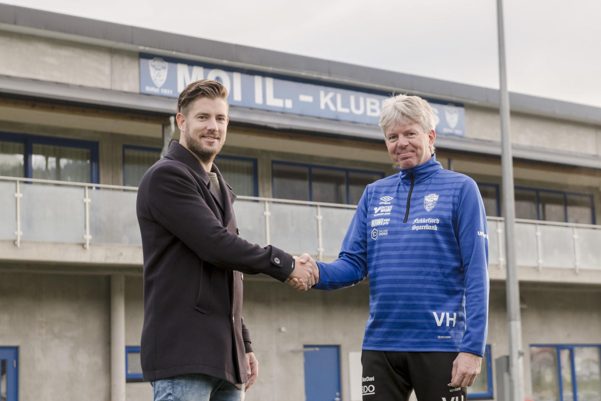 Arvid Salvesen Røyneberg, daglig leder i Dalane Energisalg & leder i Moi IL Vidar Holum er fornøyde over ny samarbeidsavtale.